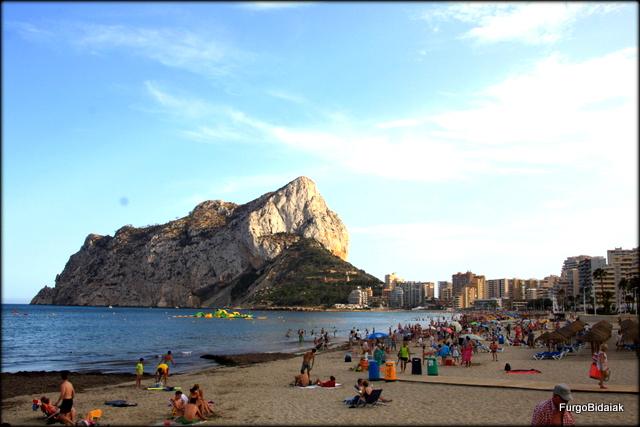 Playa de Fossa con el peñón Iflach de fondo.