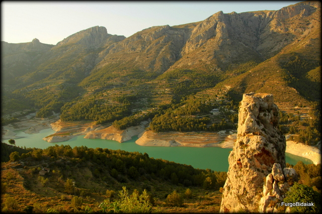 Vistas del embalse de Guadalest y la Peña de L'alcalá.