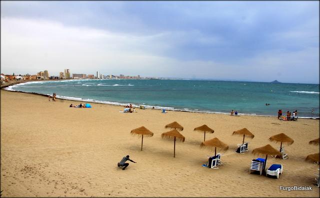 Playa de Levante con los edificios de La Manga al fondo.