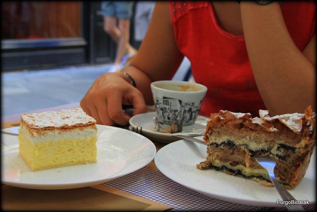 Café, Kremna Rezina (izq) y Prekmurska gibanika (Derch).Postre esloveno cosas que saber viajar a Eslovenia