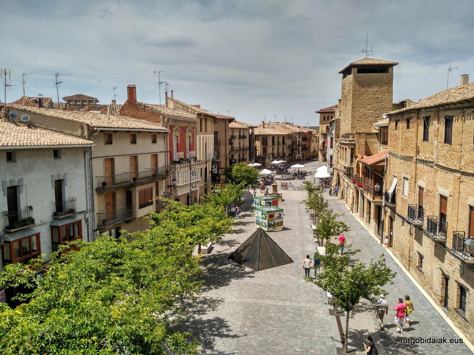 Plaza de Carlos III, ruta medieval por Navarra