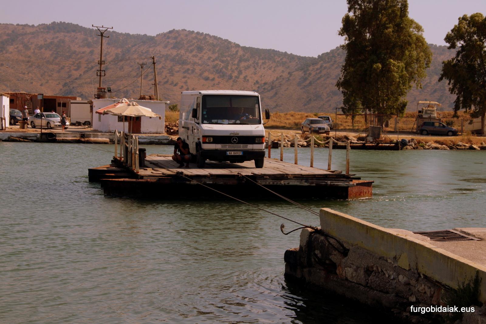 Transbordador en Butrint, Albania en camper