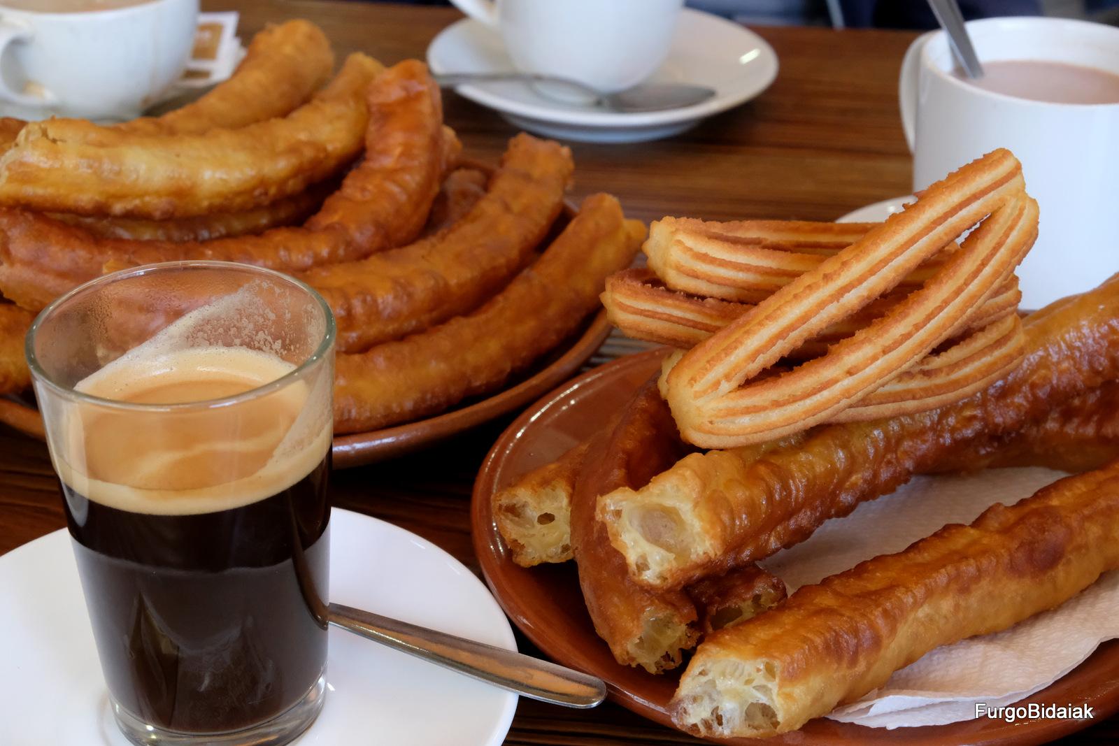 Desayuno con churros y papitas en el bar Trimope, La Línea de la Concepción