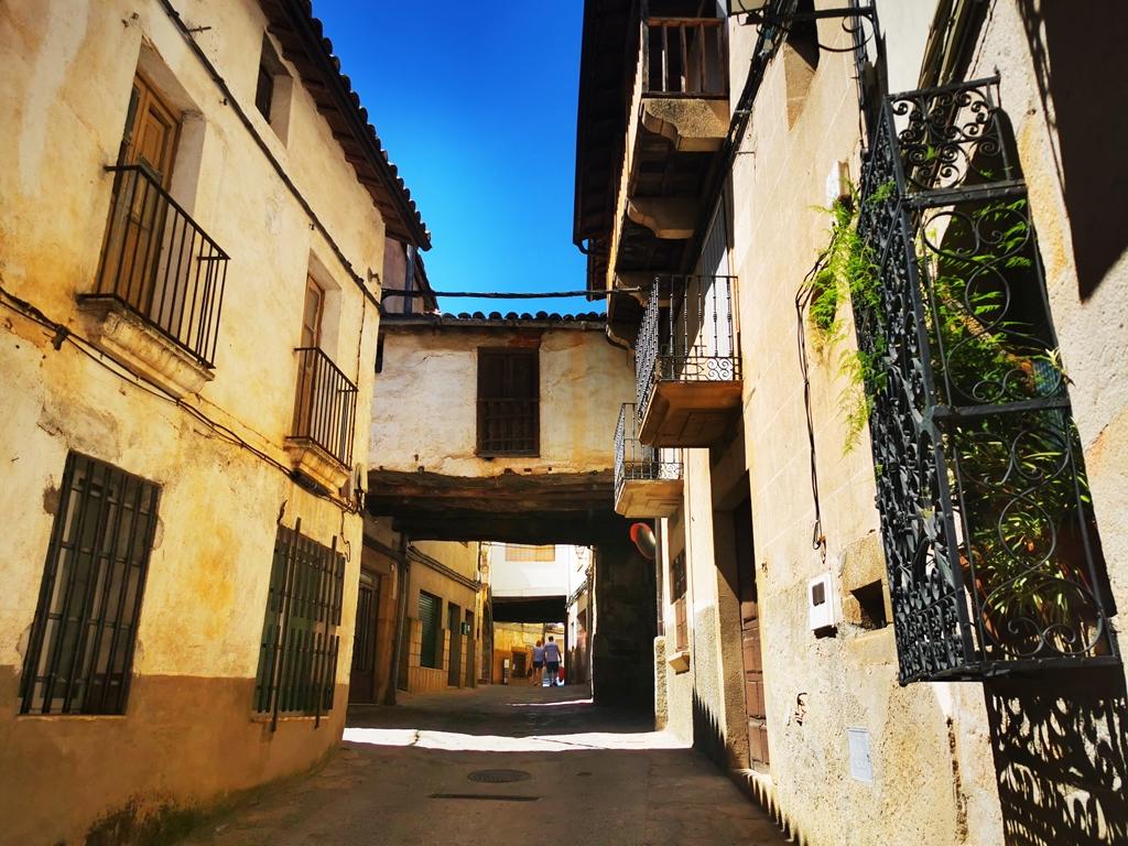 Torre de Don Miguel, calle con pasadizos