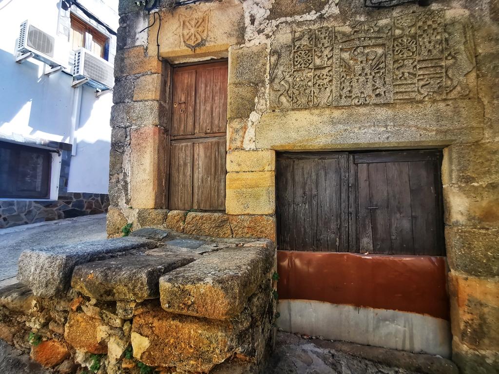 Escudos cantería, Torre de Don Miguel