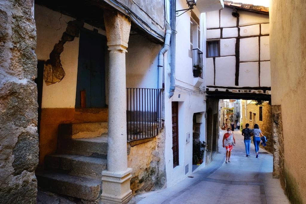 Calle con pasadizos, Gata. Pueblos más bonitos de Sierra de Gata.
